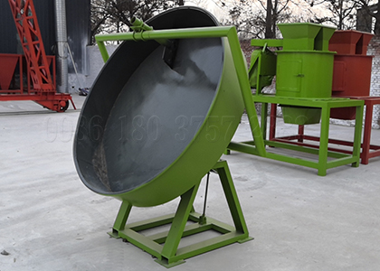 Disc pelletizer with centrifugal force for granulating